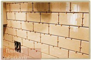 выравнивание стен плиточным клеем под плитку