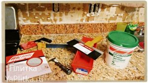 выравнивание стен плиточным клеем при укладке плитки