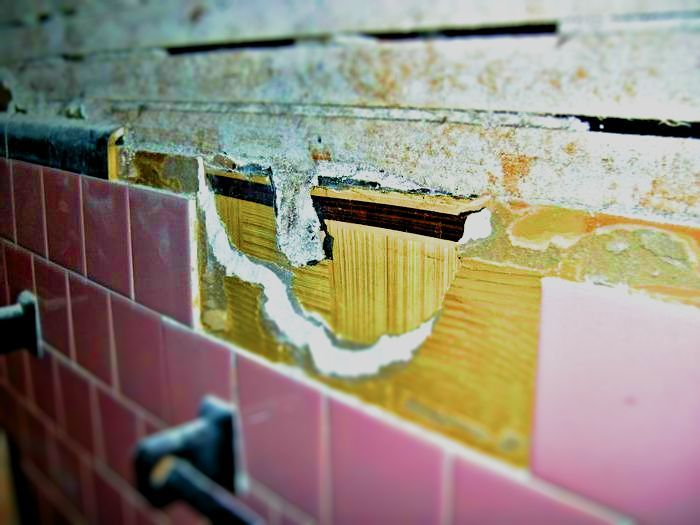 как обновить старый кафель в ванной