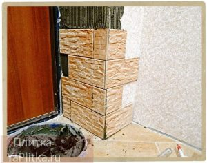 отделка откосов входной двери декоративным камнем фото